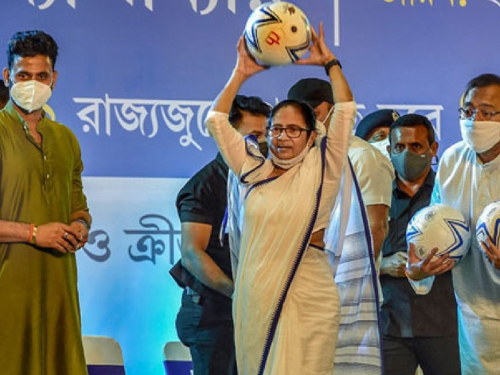 अगस्त की शुरुआत में कोलकाता के नेताजी इंडोर स्टेडियम में CM बनर्जी ने अपने समर्थकों को संबोधित किया था। इस दौरान उन्होंने खेला दिवस नाम से योजना की घोषणा की थी। - Dainik Bhaskar