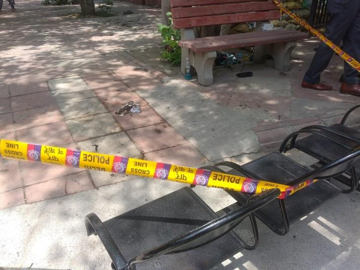 पुलिस को घटनास्थल से एक बोतल बरामद हुई है। माना जा रहे है कि पति-पत्नी इसमें कोई ज्वलनशील पर्दार्थ लेकर आए थे।