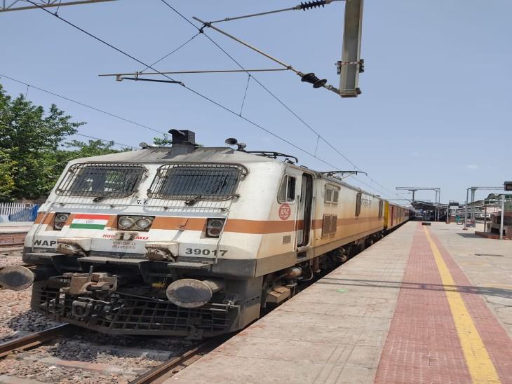 सवाईमाधाेपुर से पहली बार इलेक्ट्रिक ट्रेन जयपुर पहुंची। - Dainik Bhaskar
