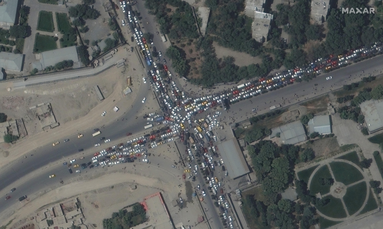 काबुल एयरपोर्ट के पास लगा ट्रैफिक जाम सैटेलाइट इमेज में देखा गया। यहां पर सड़कों पर कई किमी लंबा जाम लगा।