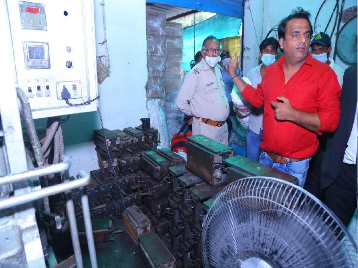 महाराजपुरा स्थित आशीर्वाद पाॅलिमर्स में छापेमारी के दौरान टीम। - Dainik Bhaskar