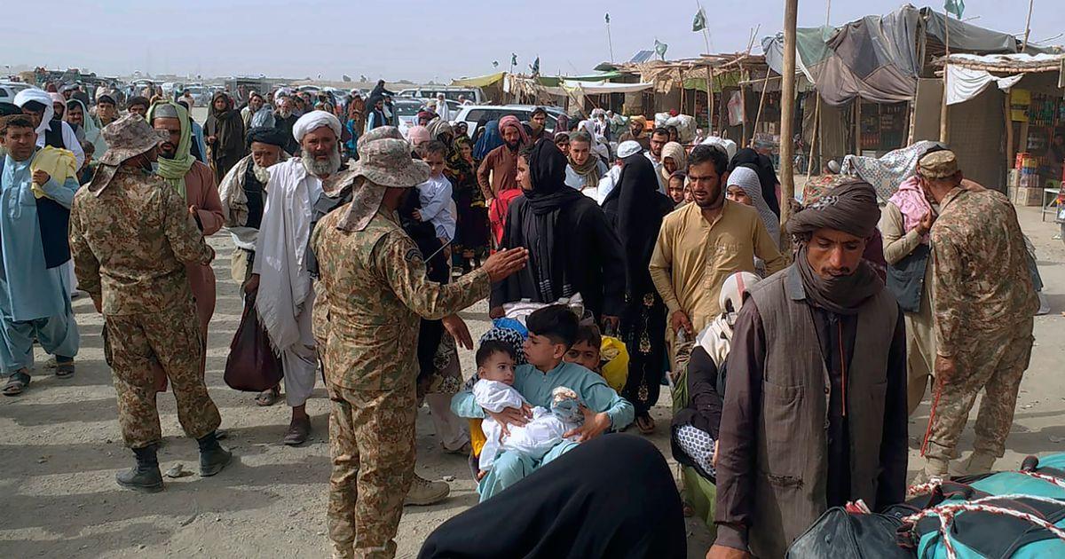 तालिबान के डर से लोग देश छोड़कर भाग रहे हैं। काबुल एयरपोर्ट पर प्लेन में चढ़ने के लिए अपनी बारी का इंतजार करते लोग।