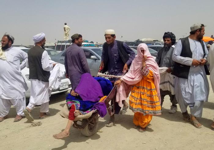 पाकिस्तान-अफगानिस्तान बॉर्डर पर बसे शहर चमन के क्रॉसिंग पॉइंट फ्रेंडशिप गेट से गुजरते अफगानी