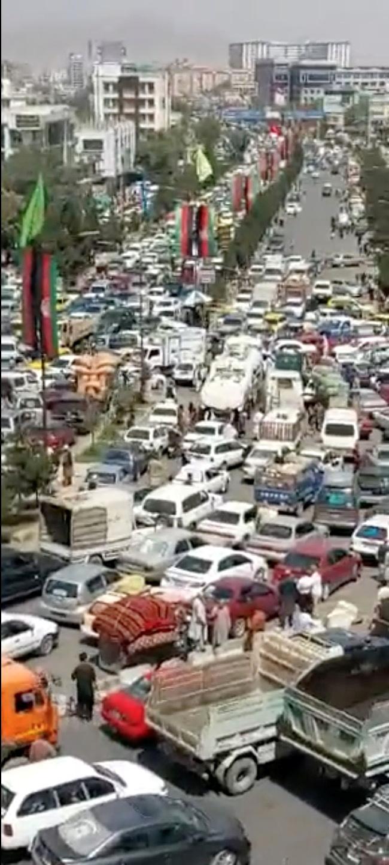 तालिबान के सत्ता में आने के बाद काबुल की सड़कों पर वाहनों का जाम लग गया है। यह तस्वीर सोशल मीडिया से उठाई गई है।