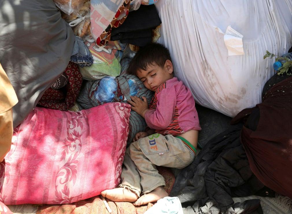 अफगानिस्तान के उत्तरी प्रांत में अफगान सेना और तालिबान की जंग से बचकर काबुल आया एक बच्चा। तस्वीर काबुल के पार्क की है।