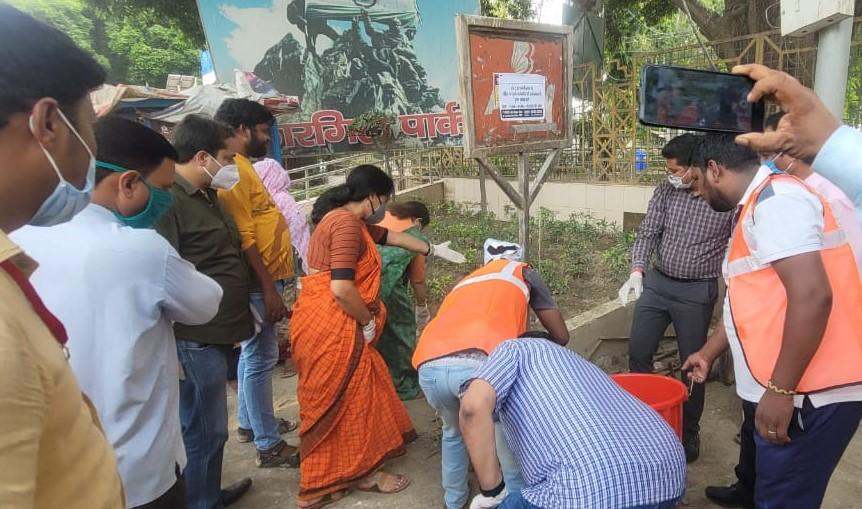 नगर निगम मुख्यालय से शुरू हुआ अभियान, 20 अगस्त को शाम 7 बजे होगा खत्म, महापौर व नगर आयुक्त ने उठाया कूड़ा|कानपुर,Kanpur - Dainik Bhaskar