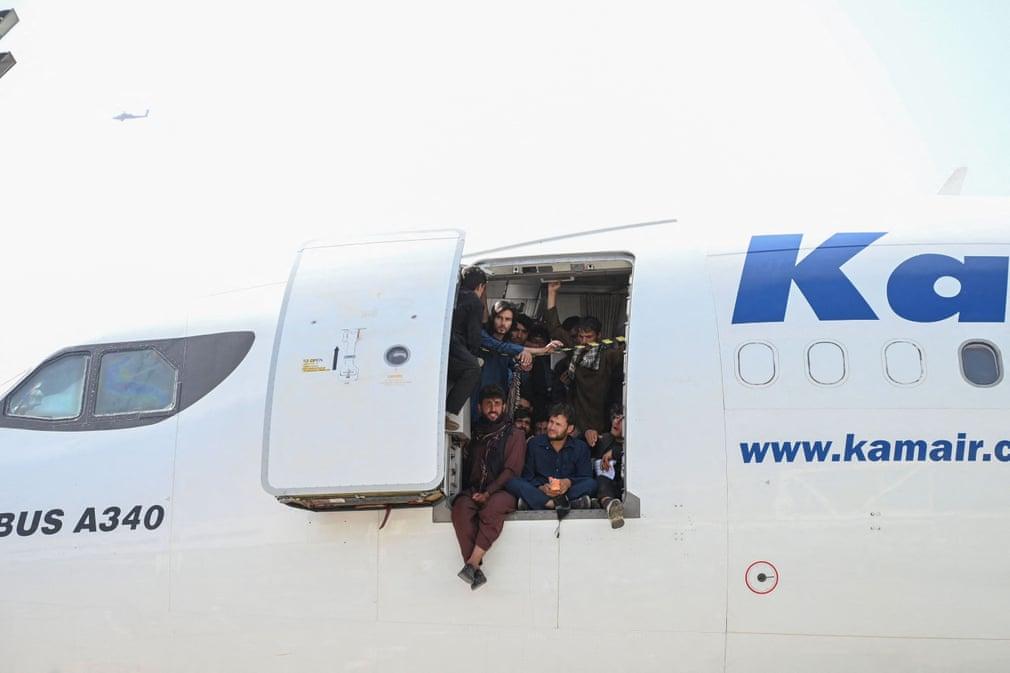 विमान अपनी क्षमता से कहींअधिक लोगों को लेकर जा रहे हैं। सोमवार को एक प्लेन के उड़ान भरते ही उसके ऊपर चढ़े हुए तीन लोग नीचे गिरकर मर गए।