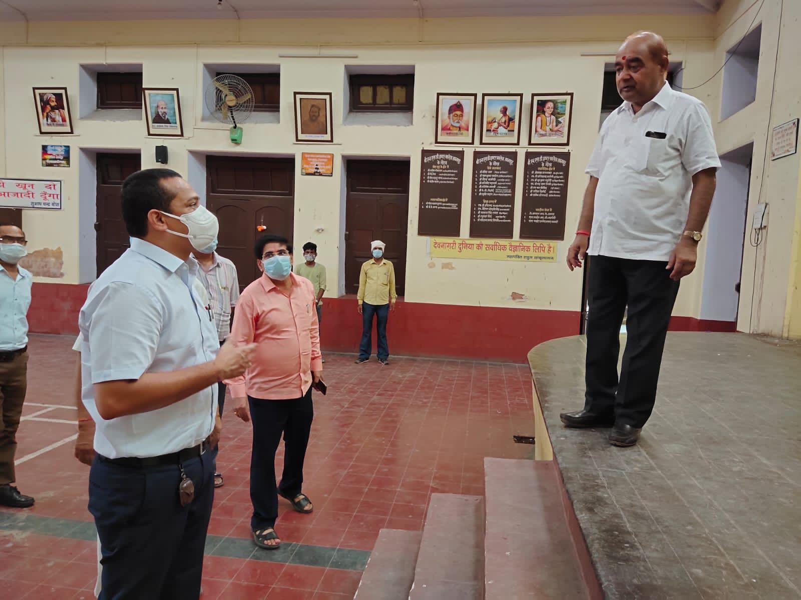कमिश्नर के औचक निरीक्षण में कोविड नियमों की धज्जियां उड़ाते दिखे टीचर्स, वाइस प्रिंसिपल का चालान, थर्मल गन भी मिली खराब|कानपुर,Kanpur - Dainik Bhaskar
