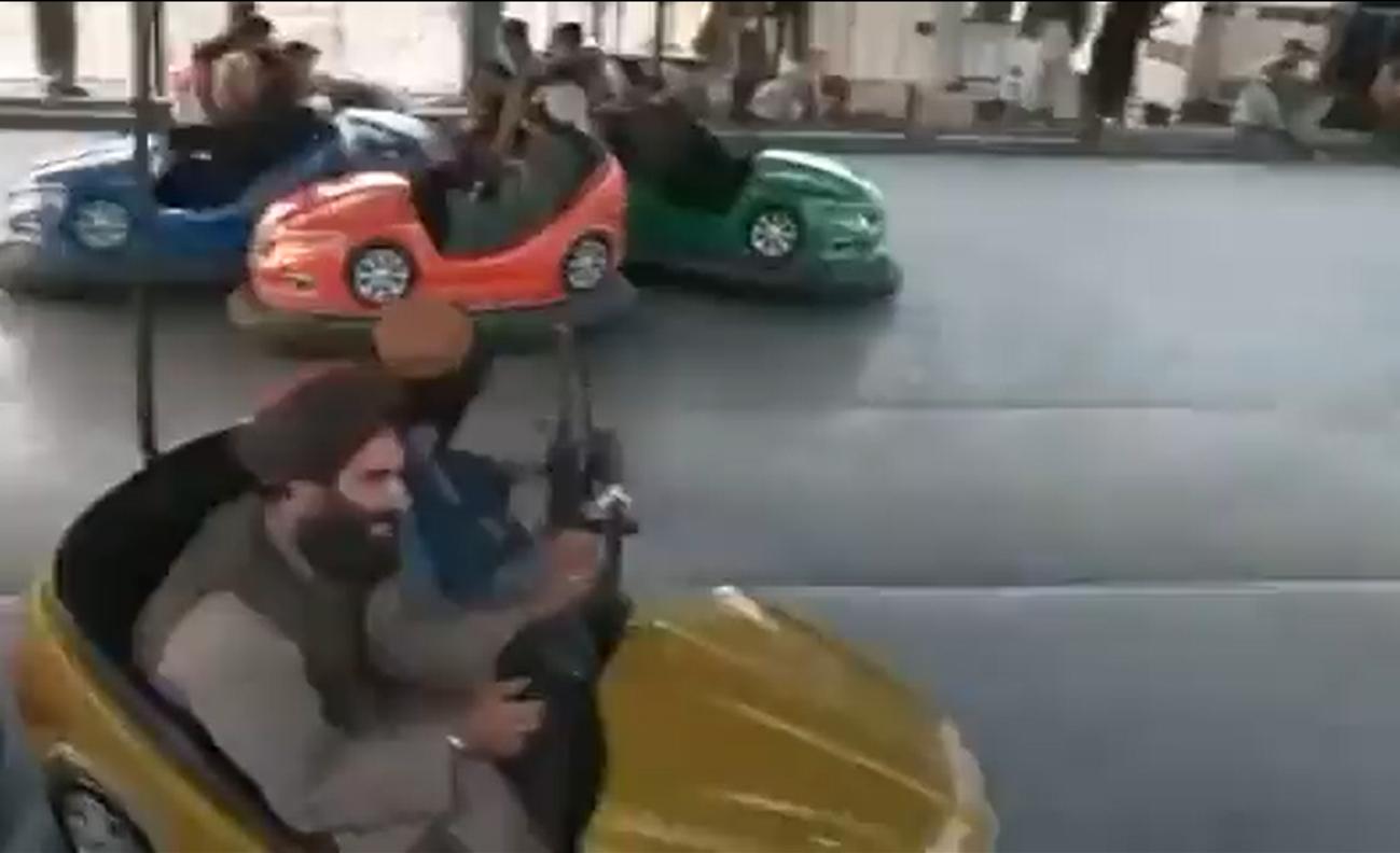 कहीं जिम में की वर्जिश, तो कहीं एम्यूजमेंट पार्क में मस्ती करते दिखे तालिबानी लड़ाके, हथियार छोड़कर भागी सरकारी सेना|विदेश,International - Dainik Bhaskar