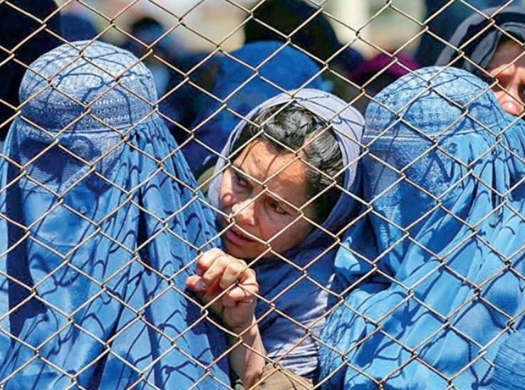 तालिबान का निर्देश है कि कोई भी महिला बिना बुर्के के नहीं घूम सकती।