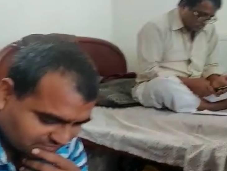 वीडियो कॉल पर परिवार से बात करते हुए काबुल में फंसे भारत के कर्मचारी।