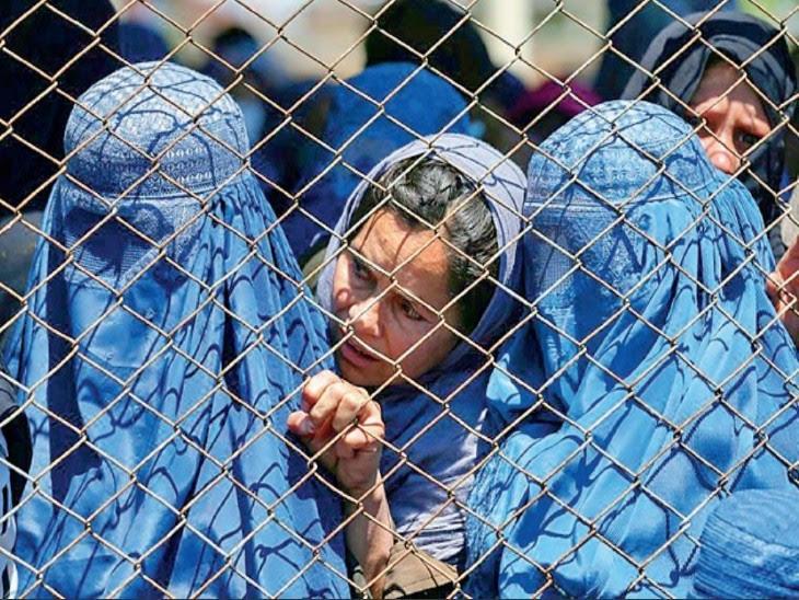 फोटो काबुल की है, जहां महिलाओं ने बुर्का पहनना शुरू कर दिया है। उनके चेहरे पर तालिबान का खौफ साफ देखा जा सकता है।