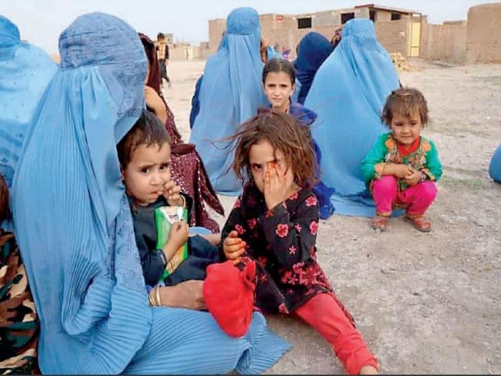 काबुल में तालिबान के खौफ से महिलाओं ने काम पर जाना बंद कर दिया है। बिना बुर्के वाली महिलाओं को गोली मारने की खबरें आ रही हैं।