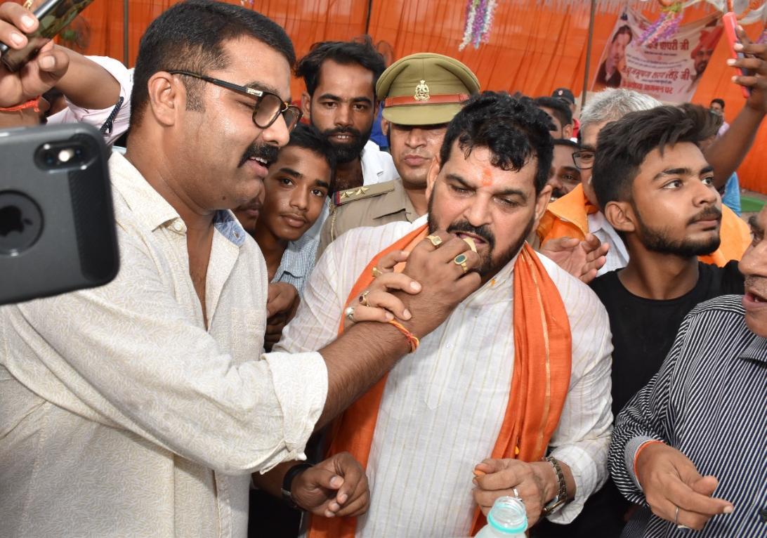 कुश्ती संघ के राष्ट्रीय अध्यक्ष व बीजेपी सांसद बृजभूषण शरण सिंह को मिठाई खिलाते अयोध्या के खेलप्रेमी