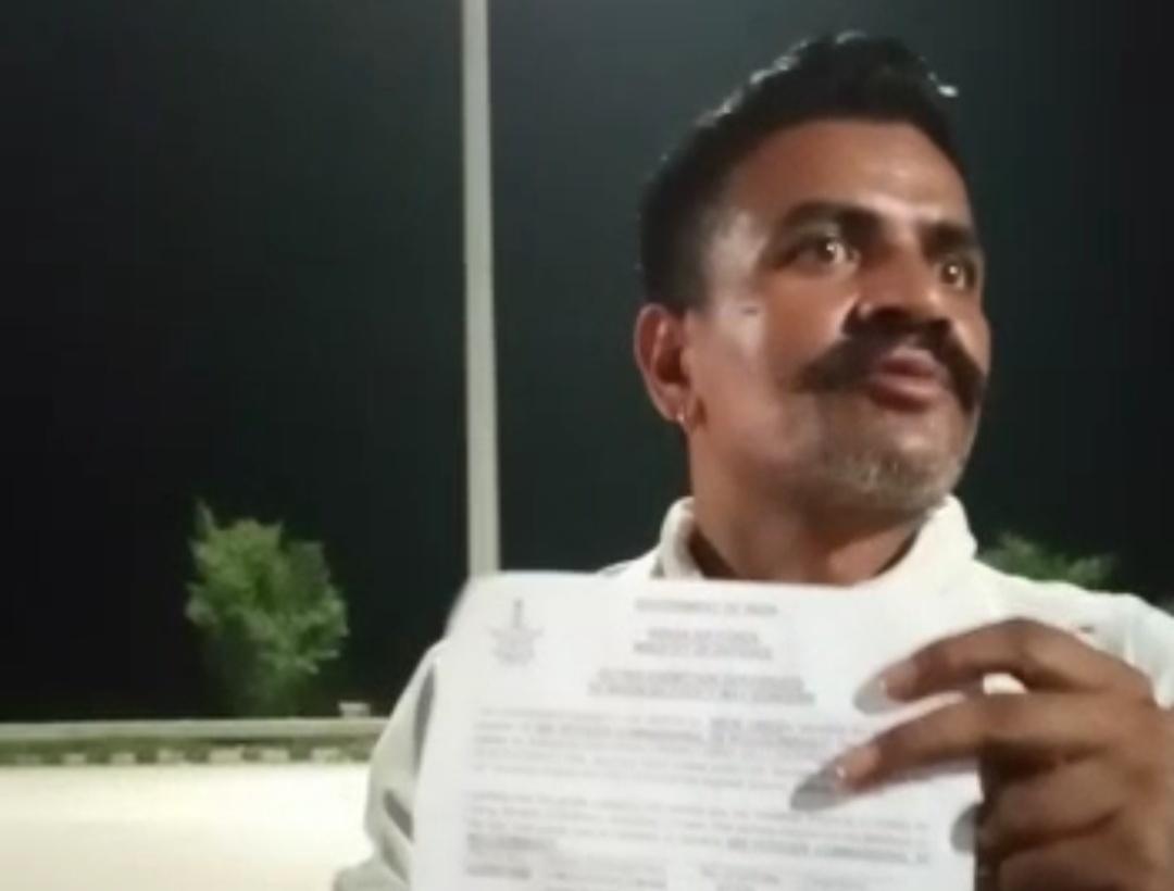 थाना फतेहाबाद में शिकायत दर्ज कराने के बाद एफआईआर कॉपी दिखाता एयरफोर्स कर्मी वीरेंदर - Dainik Bhaskar