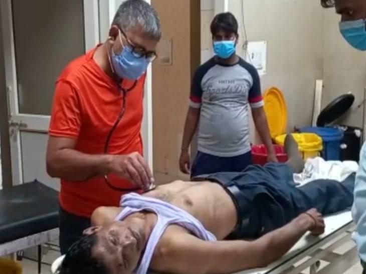कासगंज से चलकर कानपुर की ओर जाने वाली पैसेंजर ट्रेन जब रुकी तो आरपीएफ को ट्रेन में एक अधेड़ व्यक्ति के बेहोश पड़े होने की जानकारी मिली। - Dainik Bhaskar