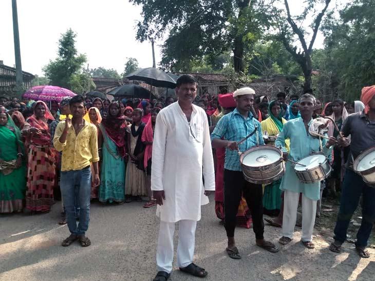 बड़ी संख्या में उपस्थित महिलाओं ने द्वार पूजा से लेकर विवाह तक के गीत गाएं।