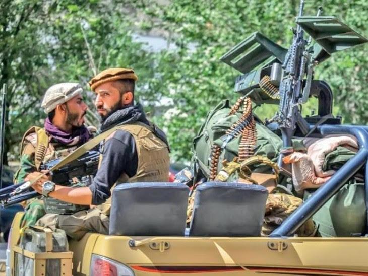 तालिबानी लड़ाके पुलिस के व्हीकल, टैंक और खुली गाड़ियों में शहर की गलियों में चक्कर लगा रहे हैं।