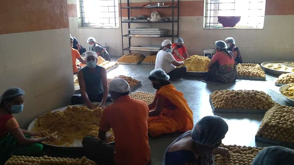 महाकाल प्रसाद की शुद्धता; रसोई में दो एयर कटर और इंसेक्ट लाइट किलर लगे हैं ताकि एक भी कीड़ा अंदर न जाए उज्जैन,Ujjain - Dainik Bhaskar