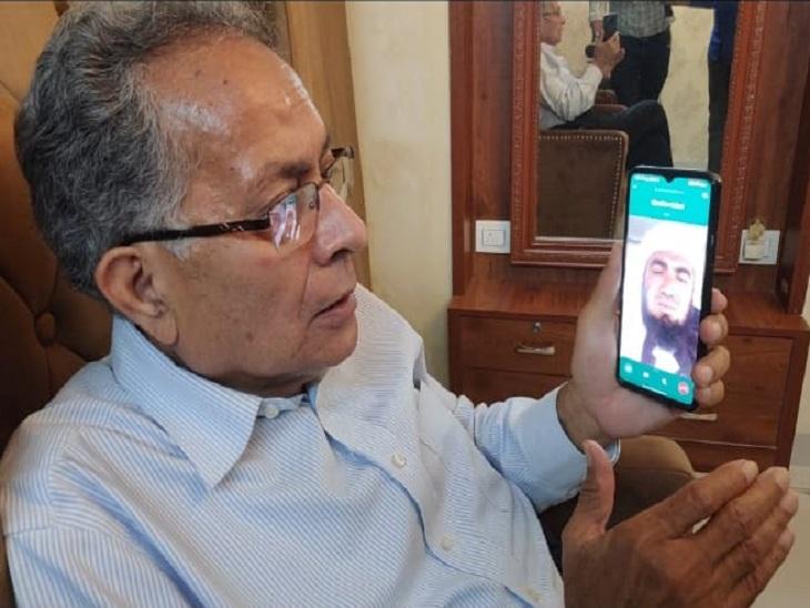 अफगानी व्यापारियों से फोन पर खैरियत पूछते विनोद थापर।