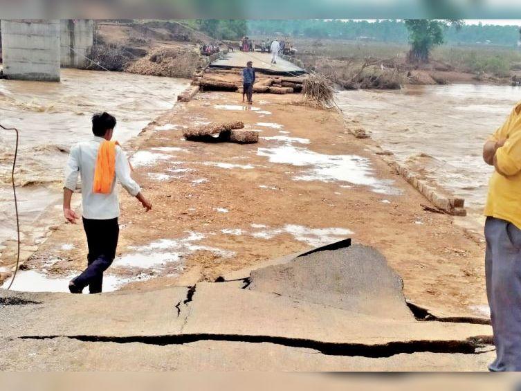 बाढ़ से श्योपुर-शिवपुरी हाईवे पर स्थित नदी पर बना पुराना पुल पूरी तरह उखड़ गया है। - Dainik Bhaskar