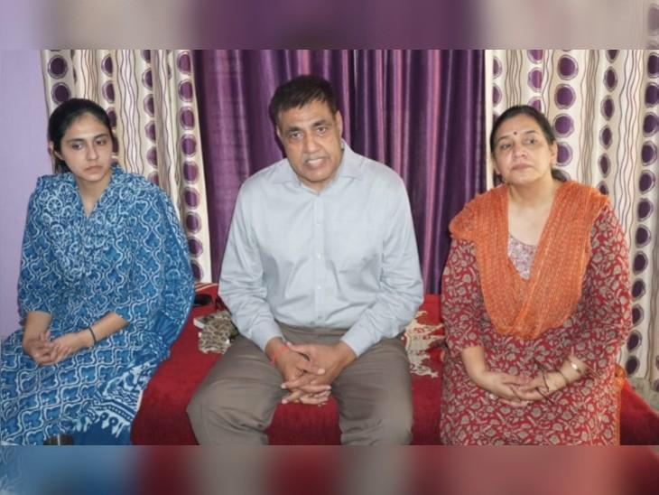 हिसार में अपनी पत्नी अनीता और बेटी दामिनी के साथ मेजर जनरल राजपाल पूनिया। - Dainik Bhaskar