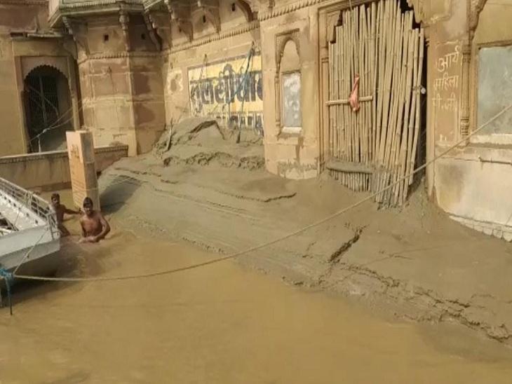 देवरिया से वाराणसी दर्शन-पूजन के लिए आए 2 छात्र गंगा में डूबे, 1 को बचाया गया; दूसरे की तलाश कर रही है पुलिस|वाराणसी,Varanasi - Dainik Bhaskar