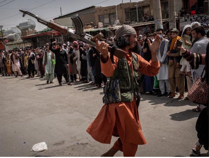 काबुल एयरपोर्ट के बाहर बुधवार को कतार में लगी महिलाओं से तालिबान ने मारपीट की।