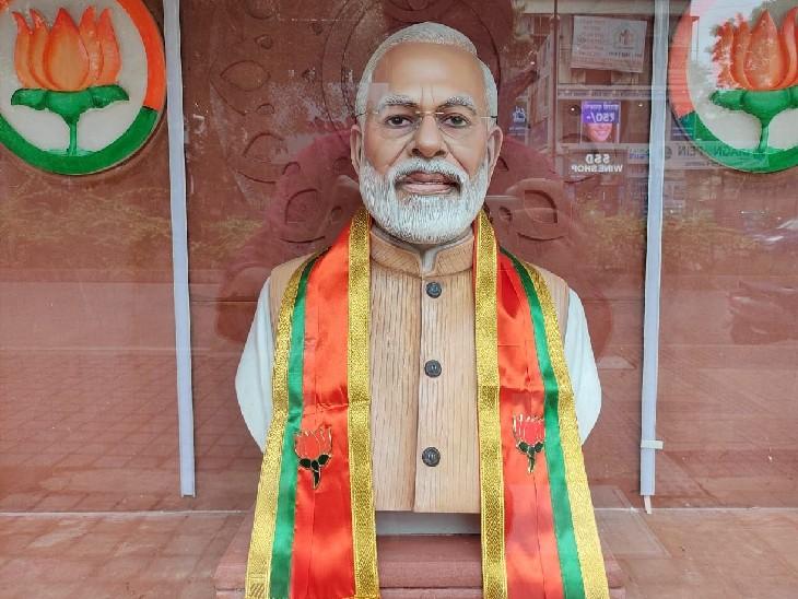 मंदिर के अंदर प्रधानमंत्री मोदी की प्रतिमा भी लगाई गई है।