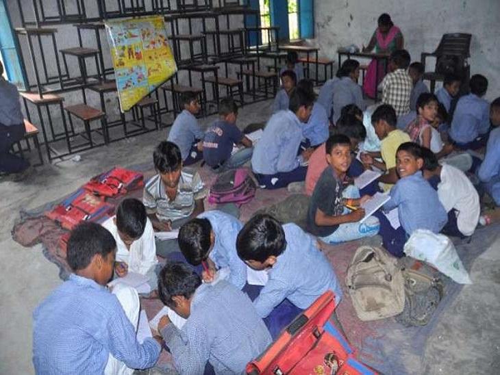 स्कूल शिक्षा विभाग ने सादरी, भतरी, दंतेवाड़ा गोंड़ी, कांकेर गोंड़ी, हल्बी, कुडुख, और उड़िया भाषा में पुस्तकें तैयार कराई हैं। - Dainik Bhaskar