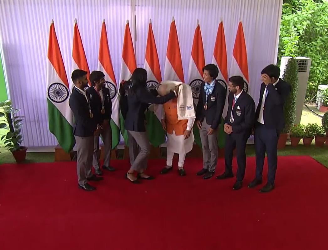 इस कार्यक्रम में खिलाड़ियों ने प्रधानमंत्री मोदी का शॉल उढ़ाकर सम्मान किया।