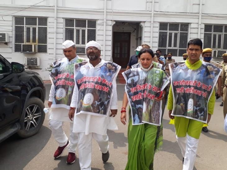 कांग्रेस के विधायकों ने विधानसभा परिसर में गांधी प्रतिमा के सामने से पैदल मार्च निकाला।