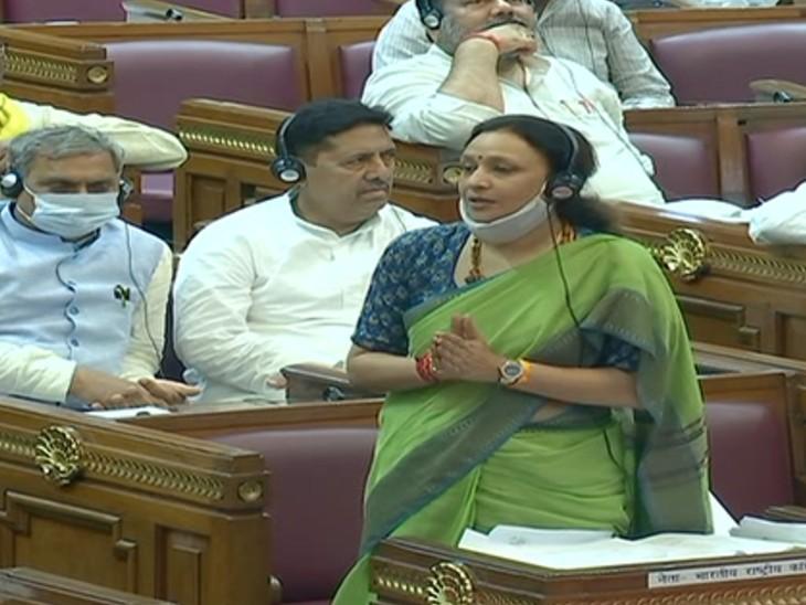 सदन में महंगाई पर चर्चा की मांग करते हुए कांग्रेस विधायक अराधना मिश्रा।