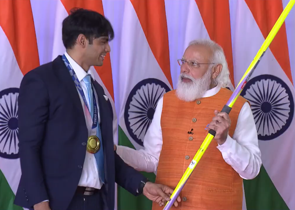 ओलिंपिक में भारत को जेवलिन थ्रो में गोल्ड मेडल दिलाने वाले नीरज चोपड़ा ने PM मोदी को भाला गिफ्ट किया।