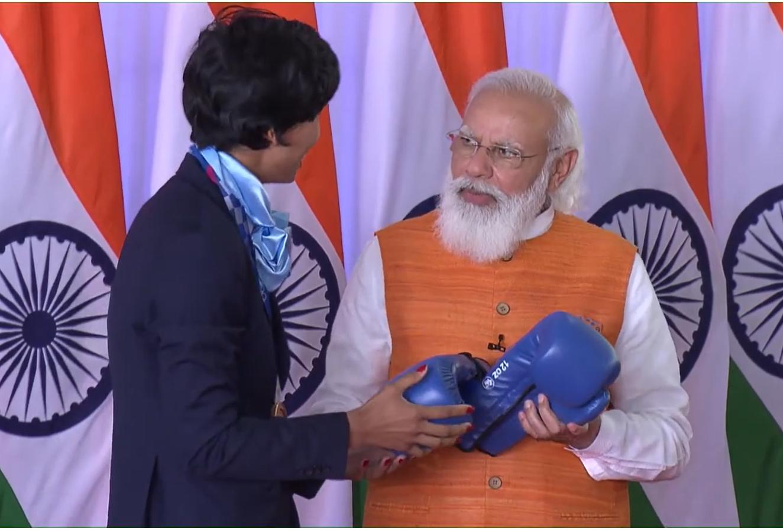 ओलिंपिक में भारत को ब्रॉन्ज मेडल दिलाने वाली बॉक्सर लवलिना बोरगोहेन ने PM मोदी को बॉक्सिंग ग्लव्स गिफ्ट किए।