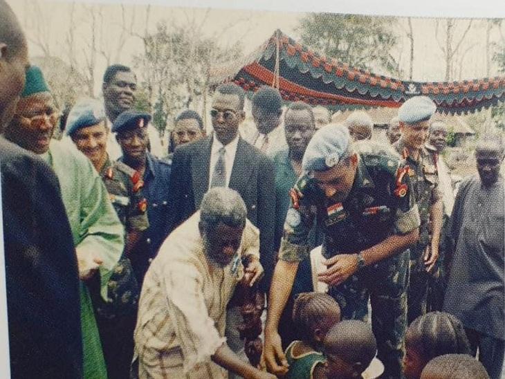 अफ्रीकी लोगों से मिलते सेना के अधिकारी और जवान।