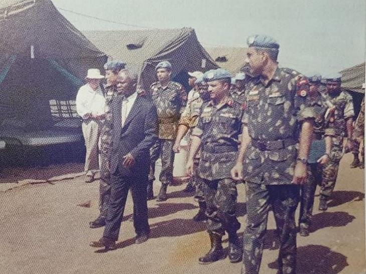 भारतीय सेना के कैंप में अफ्रीकी अधिकारी।