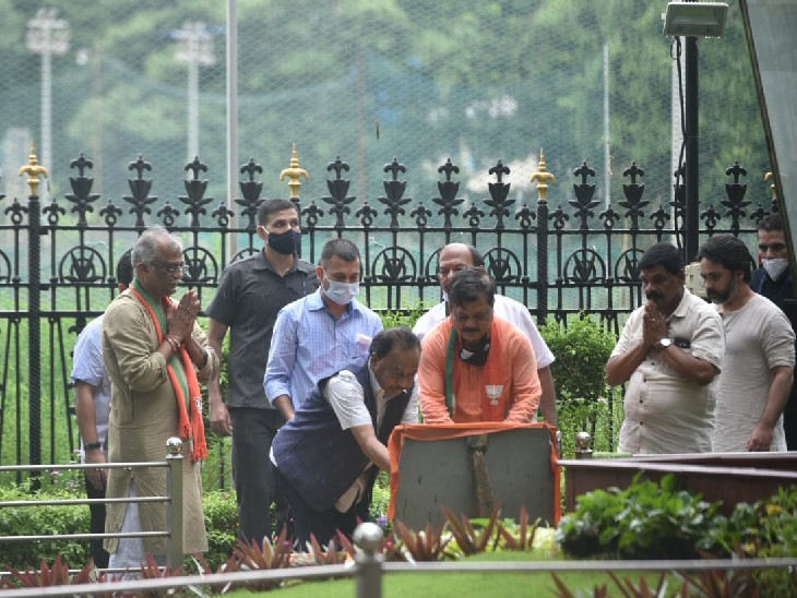 Narayan Rane also offered flowers at the tomb of Balasaheb.