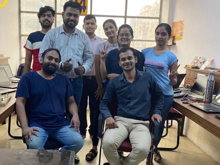 अभिनव बताते हैं कि जबलपुर और पुणे दोनों शहरों में हमारा ऑफिस है। ऑनलाइन मार्केटिंग के जरिए देशभर में हम लोग सर्विस प्रोवाइड कर रहे हैं।