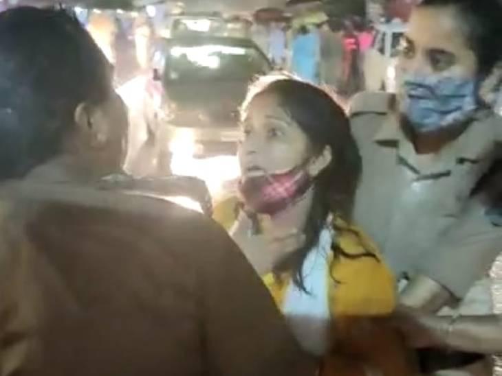 TI बोलीं- मेरे मुंह पर इसने छाता मारा, लेकिन भाजपा दफ्तर पर प्रदर्शन कर रही लड़की के हाथ में छाता नहीं बैग था|मध्य प्रदेश,Madhya Pradesh - Dainik Bhaskar