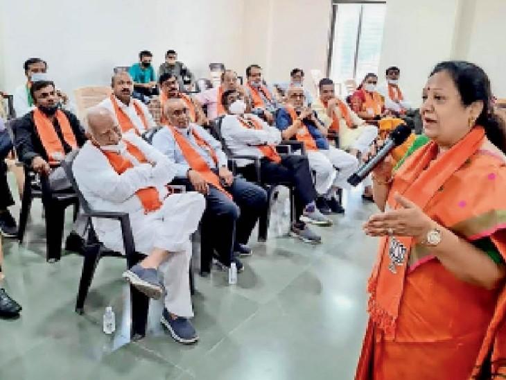 भाजपा कार्यालय में रेल व टेक्सटाइल राज्यमंत्री ने नेताओं के साथ बैठक की। इस दौरान कई सीनियर नेताओं से उन्होंने आशीर्वाद भी लिया। - Dainik Bhaskar