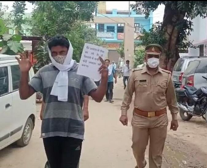 शामली में दो साल से फरार था हत्यारोपी, पुलिस के डर से हाथ उठाकर थाने पहुंचा, बोला-मुझे गिरफ्तार कर लो|शामली,Shamli - Dainik Bhaskar