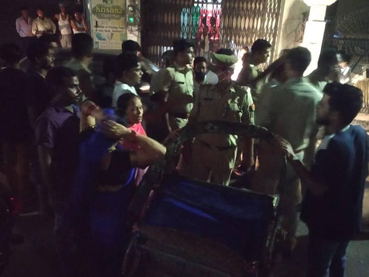 छेड़छाड़ को लेकर पुरानी रंजिश में दबंगों ने की फायरिंग, दो लोग घायल, कार के शीशे तोड़े|शाहजहांपुर,Shahjahanpur - Dainik Bhaskar