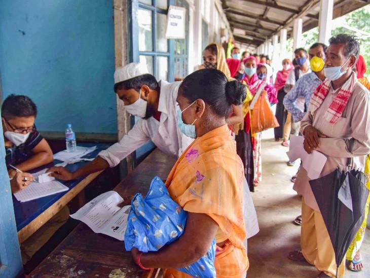 यह फोटो असम के नागांव जिले के हेल्थ सेंटर की है। यहां बुधवार को वैक्सीनेशन के लिए बड़ी संख्या में लोग आए। - Dainik Bhaskar