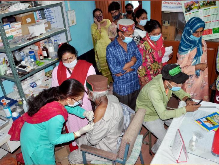 यह फोटो हिमाचल प्रदेश के कुल्लू की है। यहां बुधवार को वैक्सीनेशन सेंटर पर बड़ी संख्या में लोग टीका लगाने आए। - Dainik Bhaskar