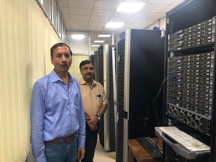 BHU के विज्ञान संस्थान के जियो फिजिक्स विभाग में सेस्मिक इमेजिंग सेंटर में हाई कंप्यूटिंग मशीन के साथ वैज्ञानिक।