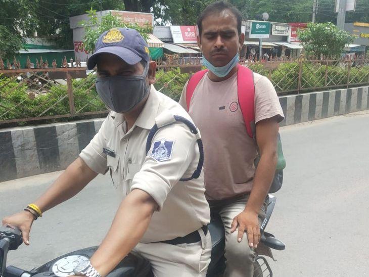 बैंक मैनेजर को रिश्वत लेते पकड़वाने वाले को खतरा; हाईकोर्ट के आदेश पर दिल्ली से टीकमगढ़ आने पर सुरक्षा में हर समय तैनात रहता है जवान|टीकमगढ़,Tikamgarh - Dainik Bhaskar