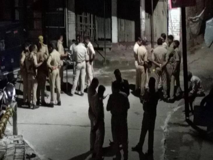 सभासद को हिरासत में लेकर पुलिस ले जा रही थी थाने, आक्रोशित लोगों ने पुलिस के साथ की धक्का-मुक्की, महिलाएं भी थी शामिल|देवरिया,Deoria - Dainik Bhaskar