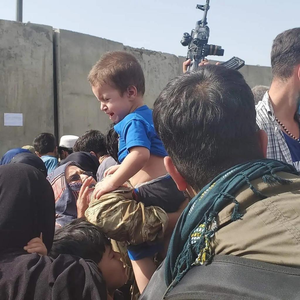 लोग बच्चों को लेकर पहुंचे हैं। कई तो खुद रुक गए पर वहां मौजूद अमेरिकी सैनिकों को अपने बच्चे सौंप दिए, ताकि कम से कम वो सुरक्षित हो सकें।