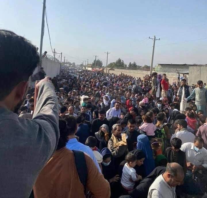काबुल एयरपोर्ट के बाहर इस तरह से हजारों की भीड़ जमा है। लोगों को अंदर नहीं जाने दिया जा रहा है।